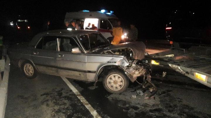 В Курганской области водитель легковушки погиб в ДТП с двумя фурами
