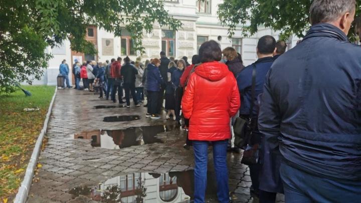 Очереди из бюджетников выстроились на избирательные участки в Красноярске