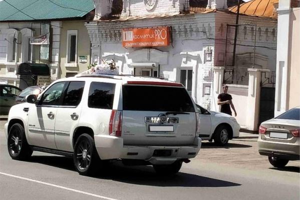 Судя по видео, водитель Cadillac сбил двух девочек, когда они были практически на середине дороги