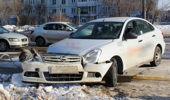 «А такси у меня не назначалось!»: пьяная девушка на иномарке протаранила столб в центре Красноярска