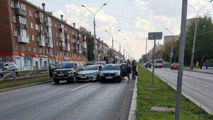 На Героев Хасана в Перми три иномарки «притерлись боками» и заблокировали проезд в центр