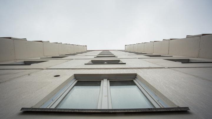 В Октябрьском районе 13-летняя девочка выпала из окна седьмого этажа