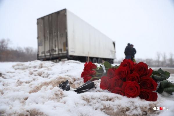 Снег около дороги, где случилось ДТП, весь в крови
