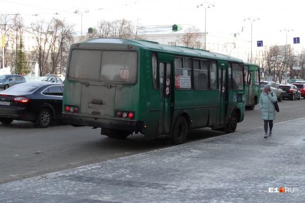Горожане устали от давки в автобусах, которые ездят из Академического в центр