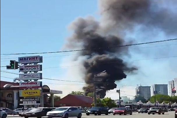 Крупный пожар возле зоопарка переполошил челябинцев. Черный столб дыма виден из нескольких районов