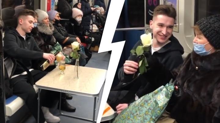 Екатеринбуржец устроил свидание посреди вагона метро: видео