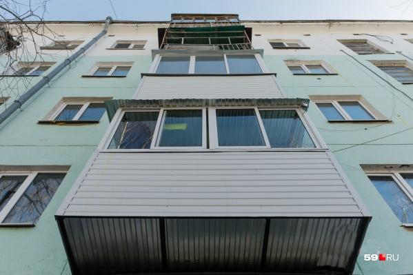 Девочка выпала из окна жилого дома