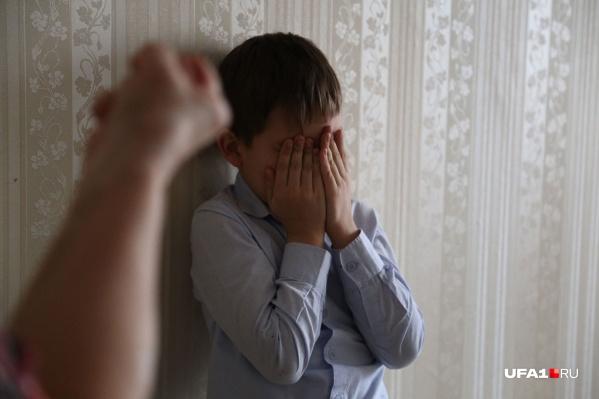 Сожитель сургутянки почти год издевался над несовершеннолетними детьми