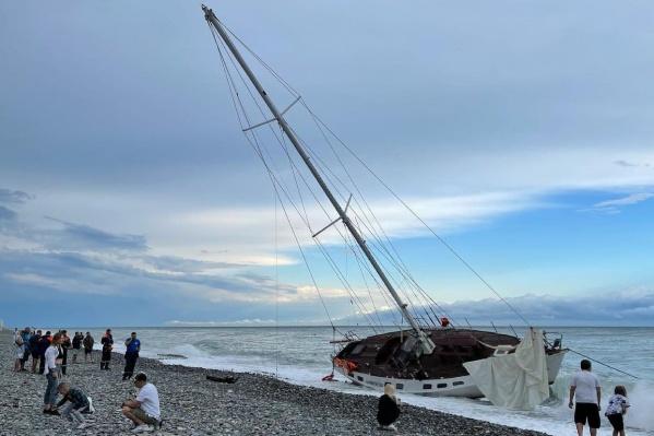Вчера во время шторма парусник потерпел крушение