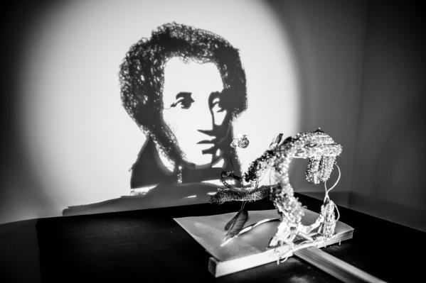 Сложно поверить, но из этой замысловатой фигуры получается тень Пушкина