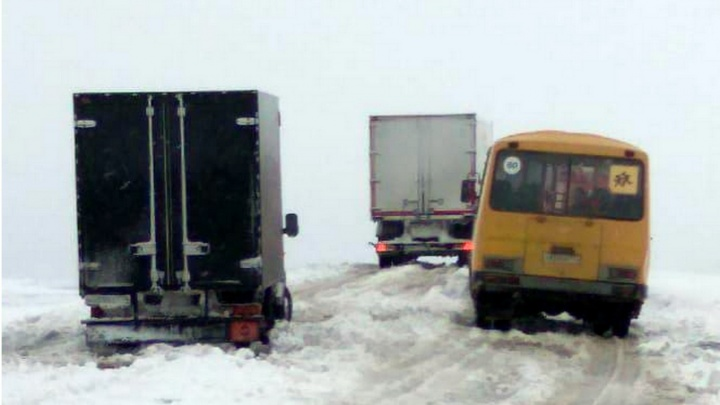На юге Челябинской области сотрудники МЧС помогли вытащить из сугробов школьные автобусы
