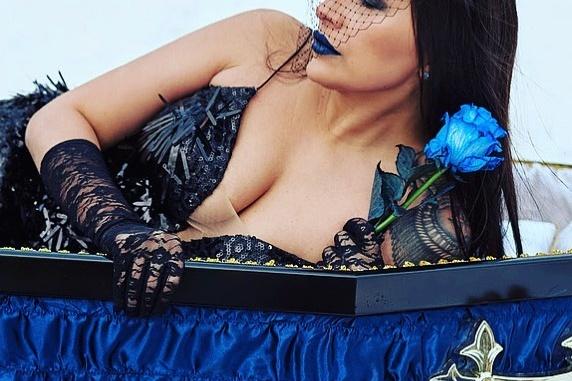 Екатерина смогла зарекомендовать себя как сильного игрока ритуальной сферы в том числе благодаря своим смелым снимкам