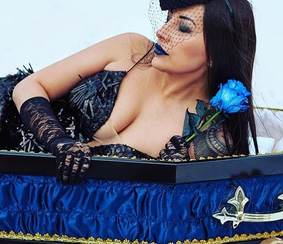«В гробу тепло»: красавица-хозяйка ритуального агентства — о шокирующих съемках и угрозах конкурентов
