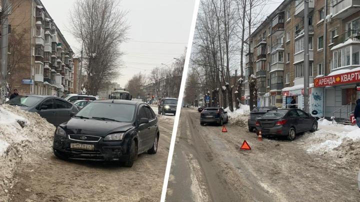 В Новосибирске девушка вышла из своей машины и попала под Ford Focus