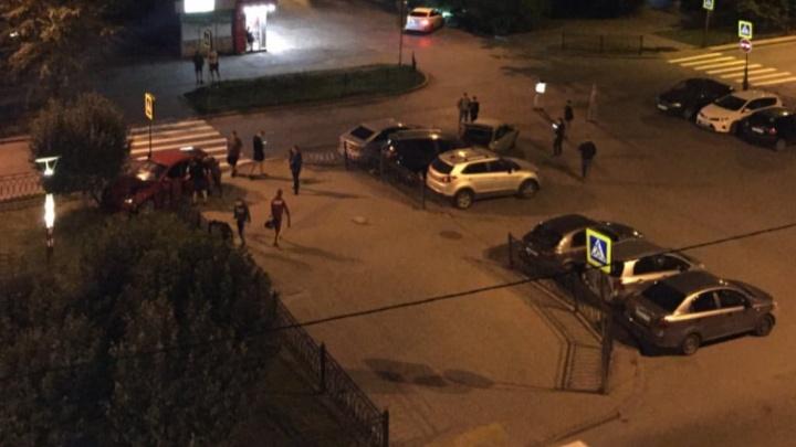 На улице Мира парни на «девятке» столкнулись с Subaru и устроили потасовку с водителем