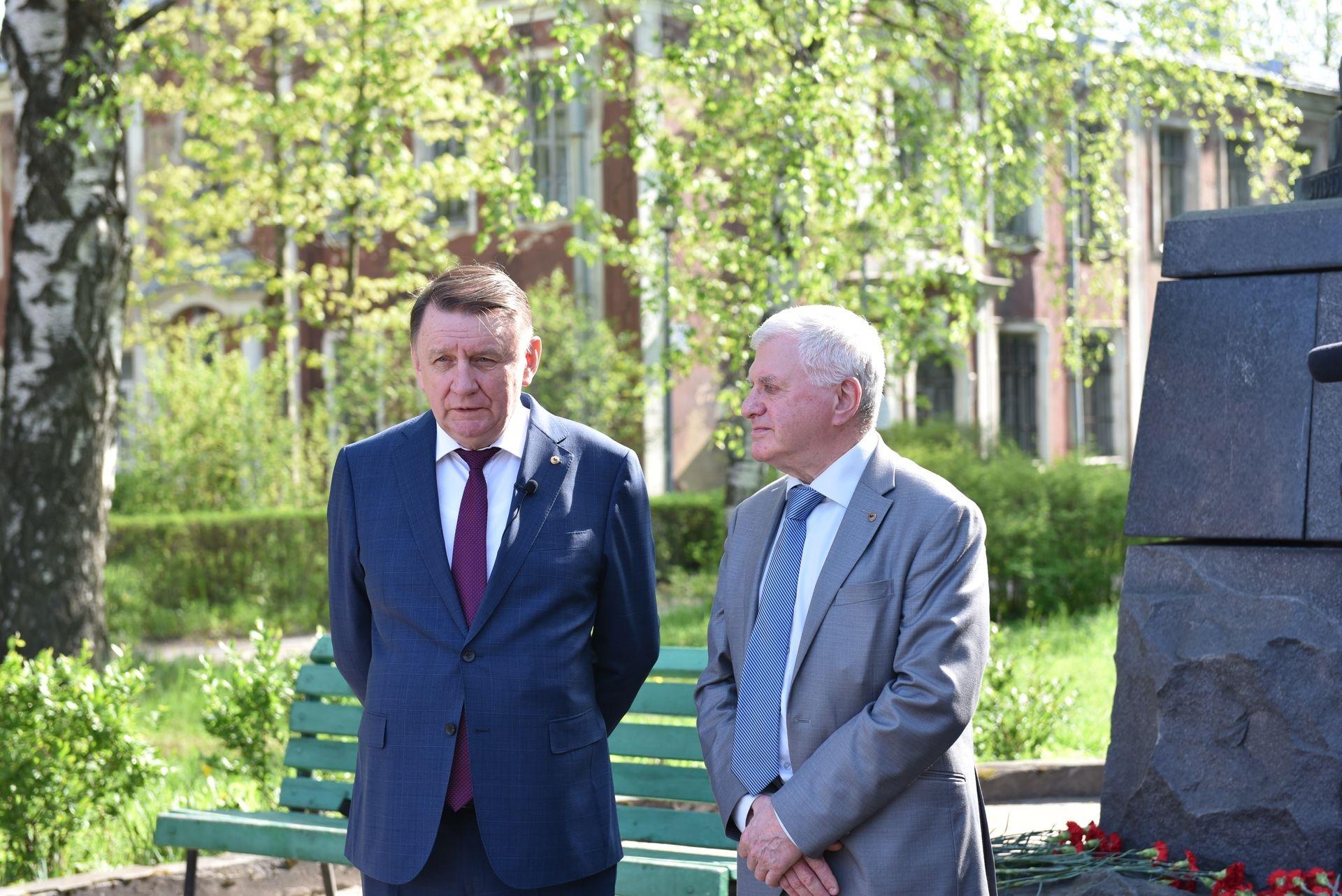 Акция памяти: возложение цветов к памятнику И. Мечникова