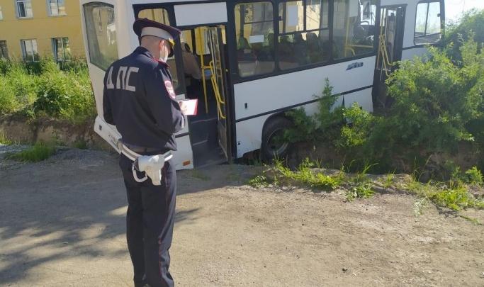 Автобус врезался в остановку в Свердловской области. Шесть человек погибли