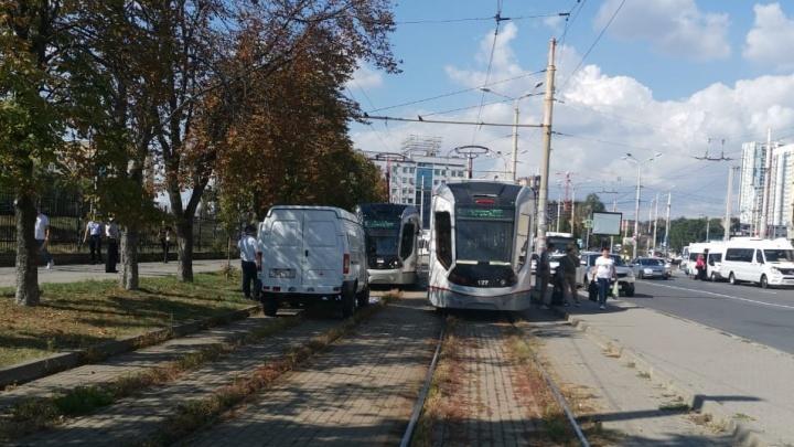 Трамвай переехал мужчину в центре Ростова