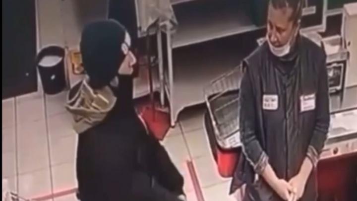 В омском магазине покупатель накинулся на продавца с ножом