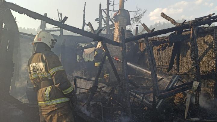 «Дом загорелся от взрыва машины соседей»: как в Екатеринбурге тушили целую улицу