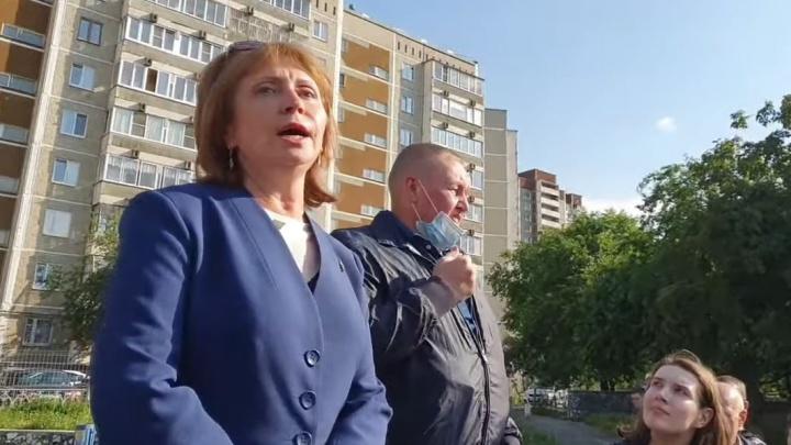 Жители Екатеринбурга вызвали чиновников на улицу из-за ремонта сквера. Прямой эфир