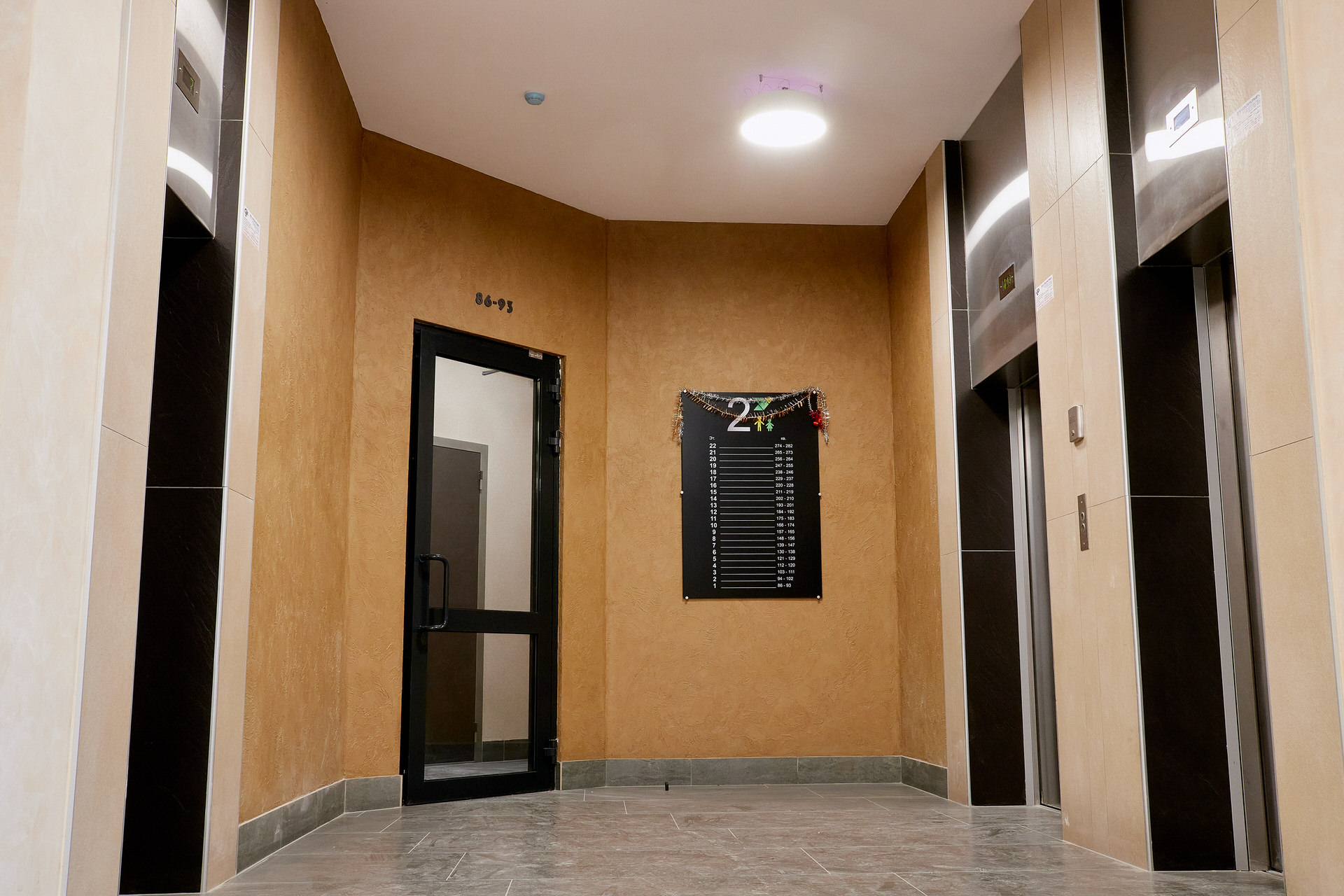 В лифтовом холле находится удобная навигация