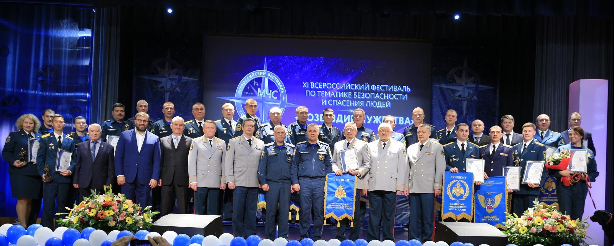 Пореченков и Мельник в первом ряду, 4 и 5 слева