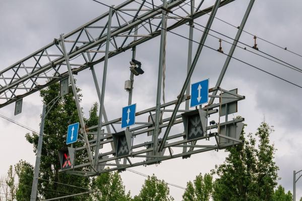 На участках, где работает «умная» система управления дорожным движением, размещают специальное оборудование
