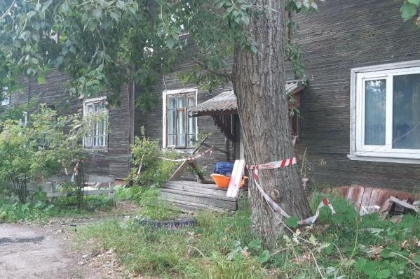 Экстренные службы к дому вызвали после 12 часов. До их прибытия 9 жителей дома покинули его самостоятельно