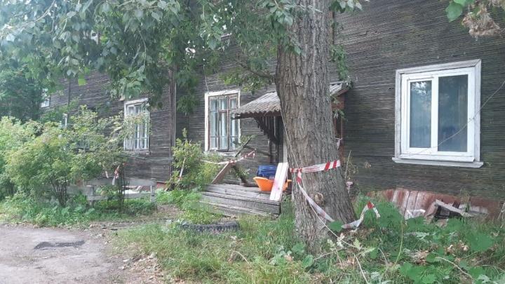 «Люди спешно покидали здание»: в центре Архангельска вновь сошел со свай деревянный дом