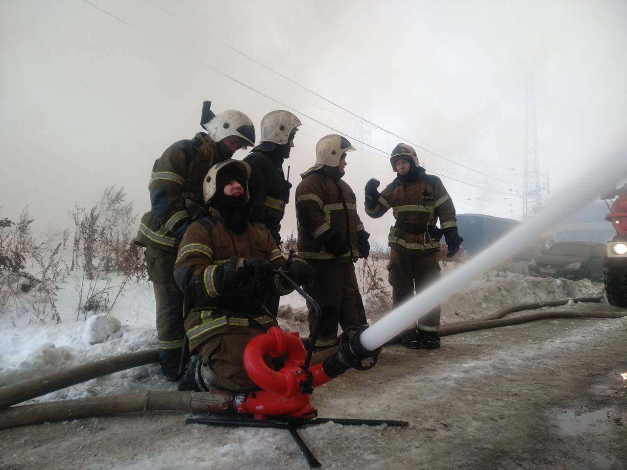 Для тушения пожара используют все силы и средства, в том числе, например, и переносной лафетный ствол