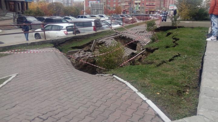 Еще в одном месте просел асфальт: это случилось неподалеку от места, где 2 машины рухнули в яму