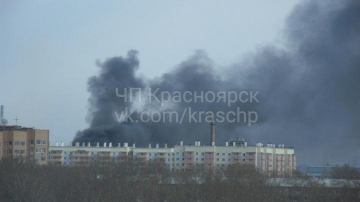 Возле «Сибтяжмаша» горит крыша колбасного цеха и окрестности затянуло дымом
