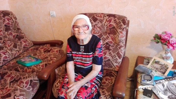 90-летняя баба Лена из Красноярска вызывает умиление в соцсетях снимками с индейцами в Доминикане