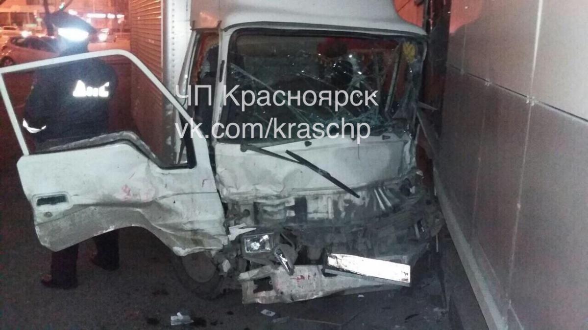 Грузовик влетел виномарку сдетьми ипротаранил здание вКрасноярске