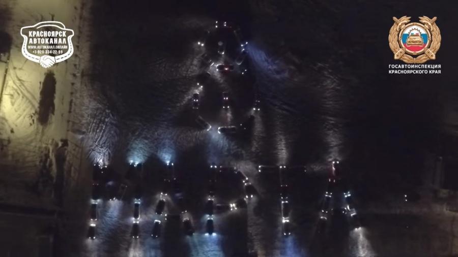 Красноярские владельцы автомобилей устроили световое шоу вчесть 8марта