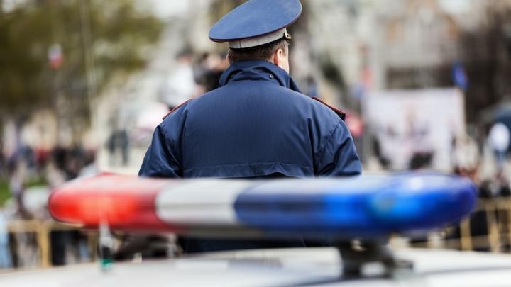 Водитель зажал стеклом рукиинспектораи протащил его пару метров по дороге
