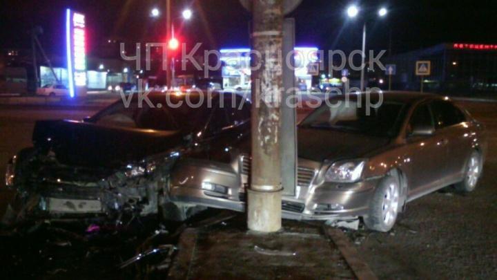 «Тойоту» отбросило в столб после ДТП на перекрестке у Шахтеров