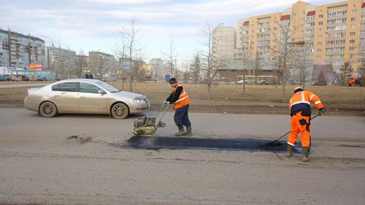 В Красноярске начали латать ямы на дорогах