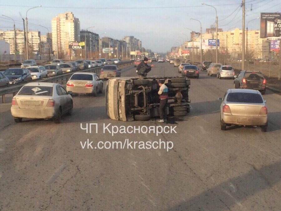 Иностранная машина желтого цвета наповороте 9Мая опрокинула грузовой автомобиль