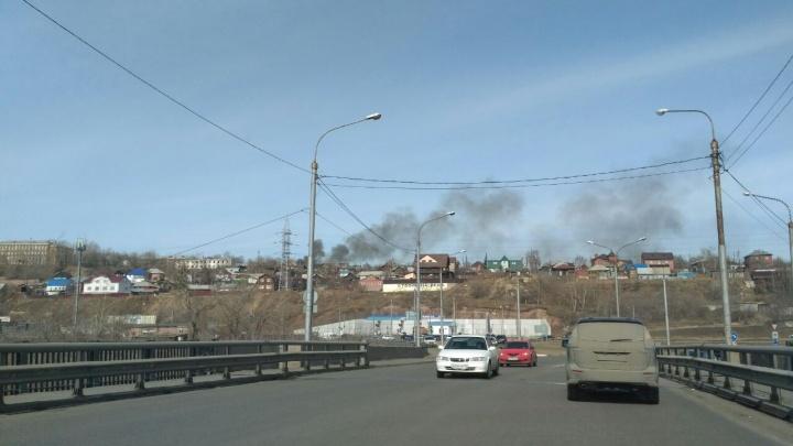 Жилой дом горит на Караульной горе, густой черный дым виден из центра