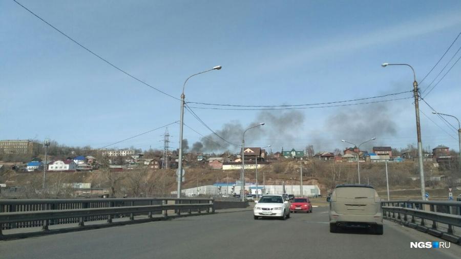 Черный дым отпожара вПокровке напугал красноярцев