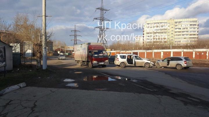 Девушку-пассажирку увезли на «скорой» после лобового столкновения «Мазды» и «Лады» на Парашютной