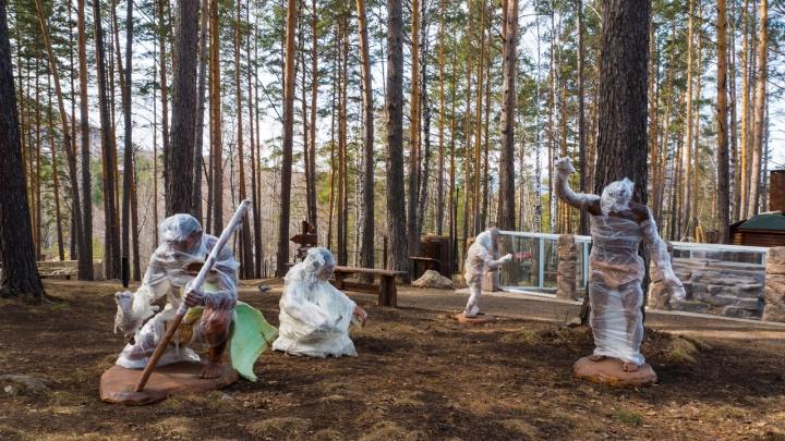 Первые скульптуры неандертальцев и динозавров привезли в зоопарк