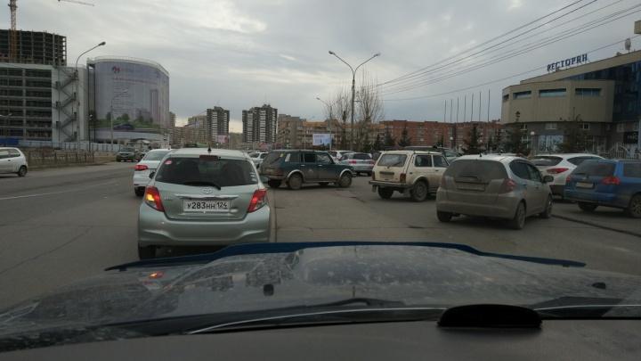 Дачники атаковали выставочный центр «Сибирь» и бросают машины прямо на дороге