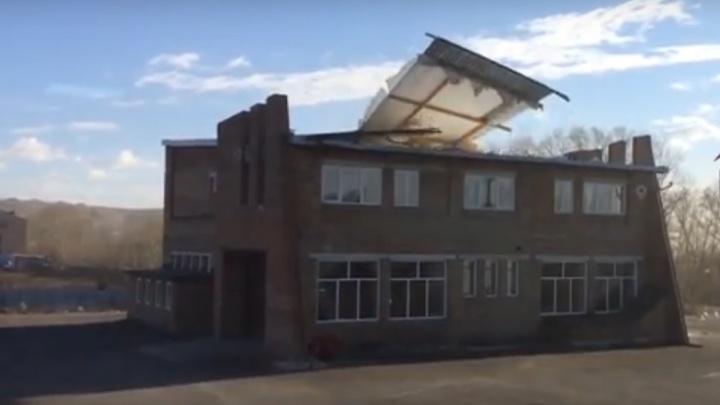 «Сорванная крыша и красивый полет с высотки»: рассказываем, какие проблемы принес ветер в Красноярск