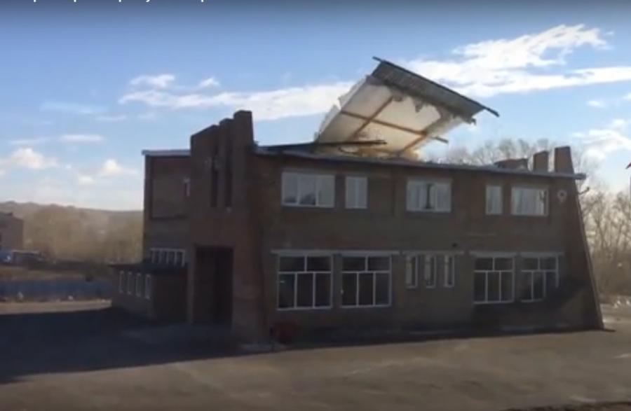 Штормовой ветер сорвал крышу создания вКрасноярске