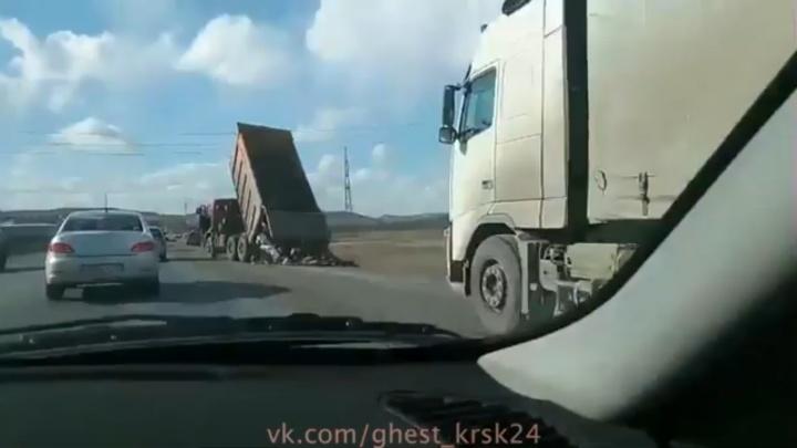 На Северном шоссе мусоровоз случайно вывалил тонну отходов прямо на дорогу
