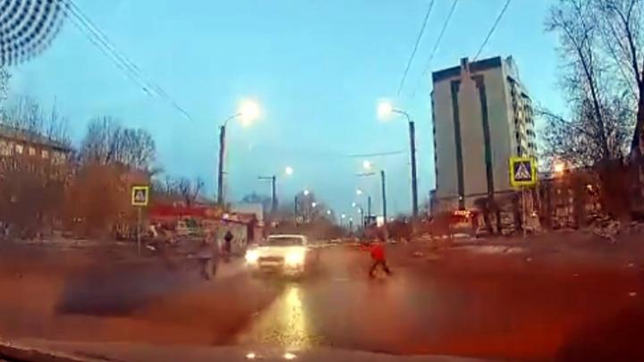 Пролетевшего между пешеходами на переходе по Тельманаводителя Audi нашли и оштрафовали