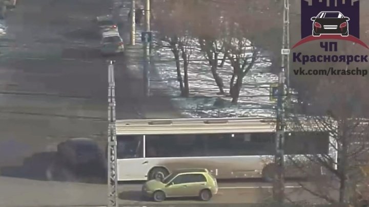 Шустрый водитель внезапно вывернул перед маршруткой и стал причиной травмы пассажира автобуса